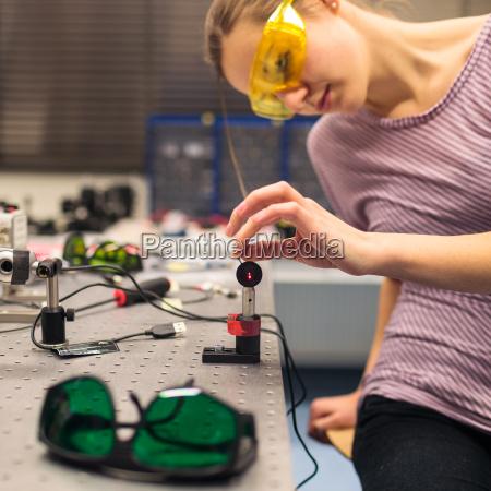 weiblicher wissenschaftler der forschungsversuche in einem
