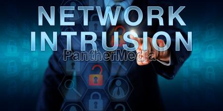cyberkriminellen intruder touching eindringlingen in das