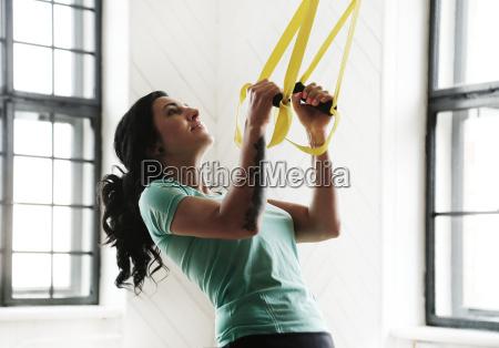 maedchen im fitnessstudio