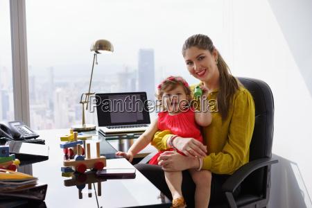 portrait mutter geschaeftsfrau spielen kind bei
