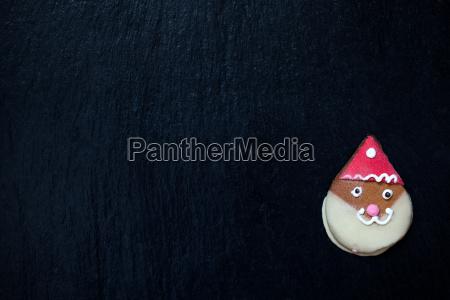 lebkuchen weihnachtsmann auf schwarz mit platz