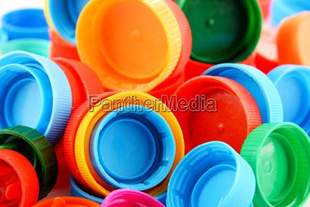 zusammensetzung mit bunten plastikflaschenverschluessen