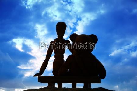 figur und teddy sitzen auf