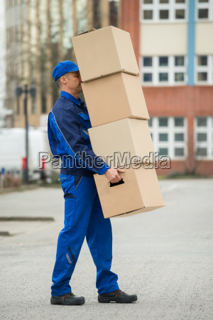 delivery man balancing stapel kaesten