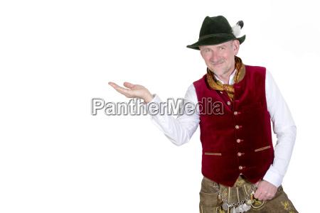 portraet des bayerischen mann haelt seine