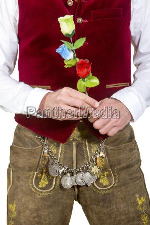 bayerische mann in der traditionellen kleidung