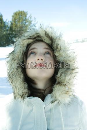 teenie maedchen parka im schnee tragenblick