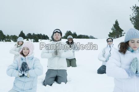 gruppe von jungen freunden im schnee