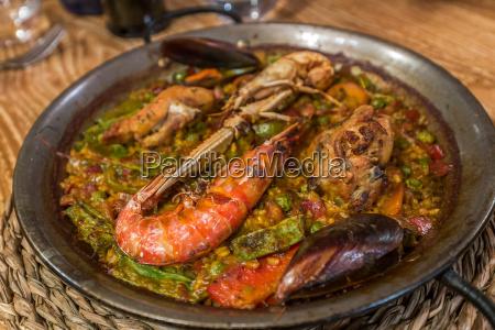 paella typisches leckeres spanisches essen