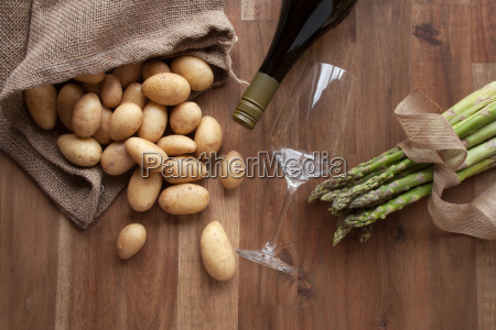 asparagus and potatoes with wine
