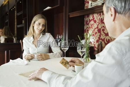 aeltere paare die kaffee im restaurant