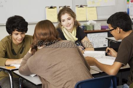 gymnasiasten studieren gemeinsam