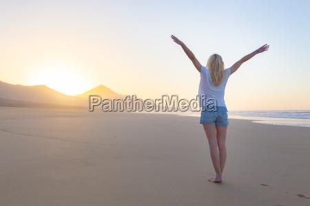 freie frau die freiheit auf strand