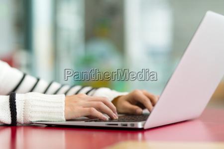 frau eingabe auf laptop computer