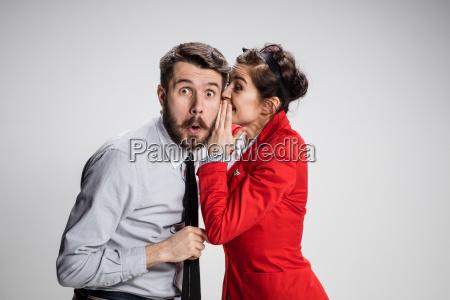 joven contando chismes a su mujer