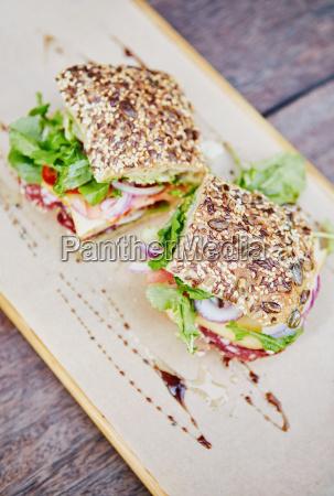 samenbrot sandwich mit frischem salat salami