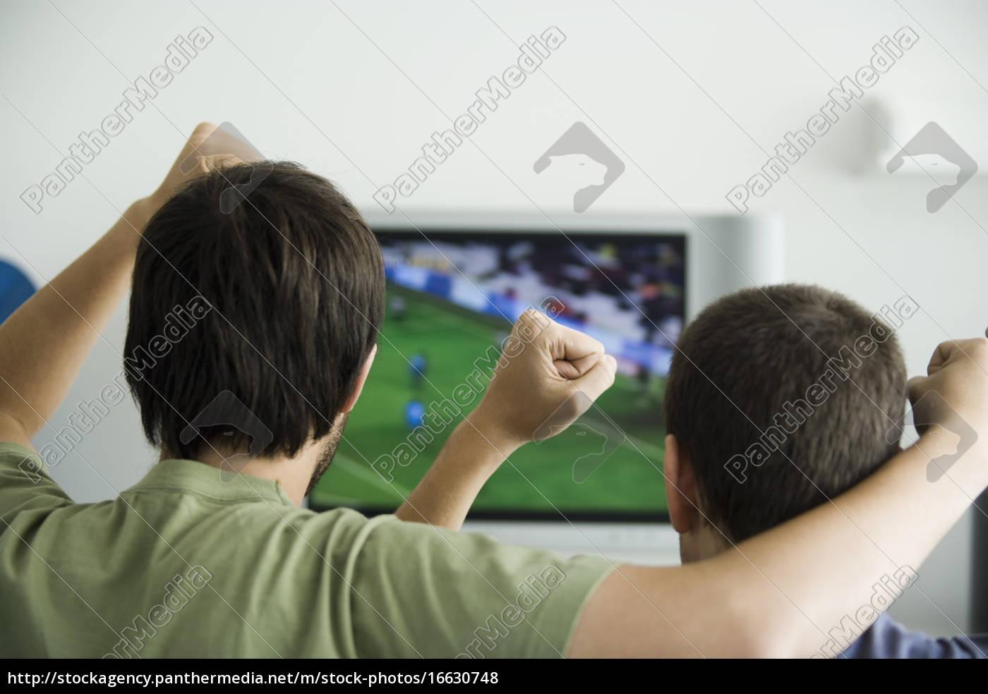 zwei, männer, beim, sport, im, fernsehen, fäuste - 16630748