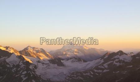 panorama der berggipfel in der untergehenden