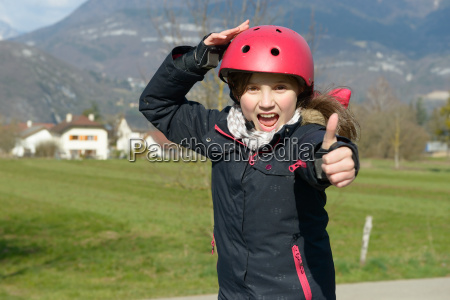 teenage pige ifort en rulle hjelm
