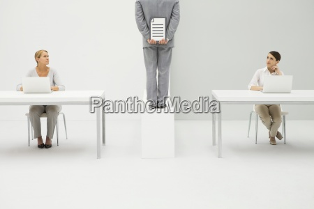 zwei frauen am schreibtisch mit laptop