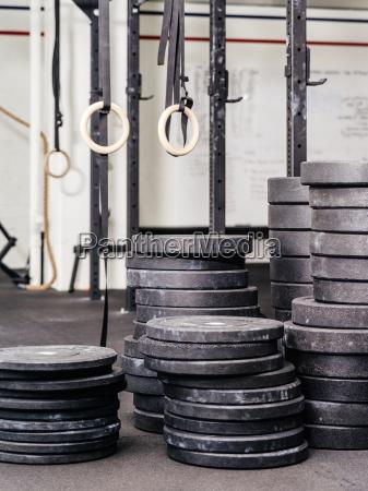 stapel von gewichten im fitnessstudio