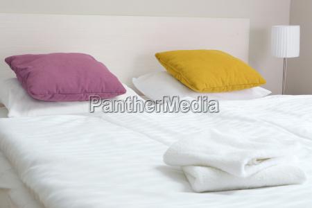 doppelbett im hotelzimmer unterkunft