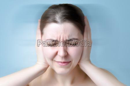 mujer que sufre de ruido