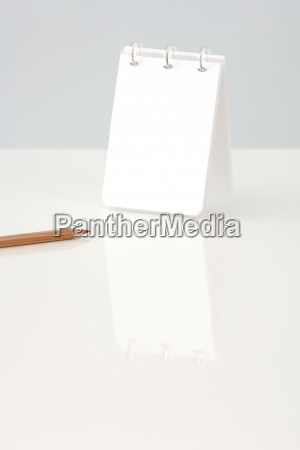 notepad aufrecht auf dem tisch abgeschnitten