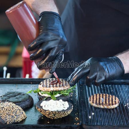 rindfleischburger bereit auf nahrungsmittelstall zu dienen