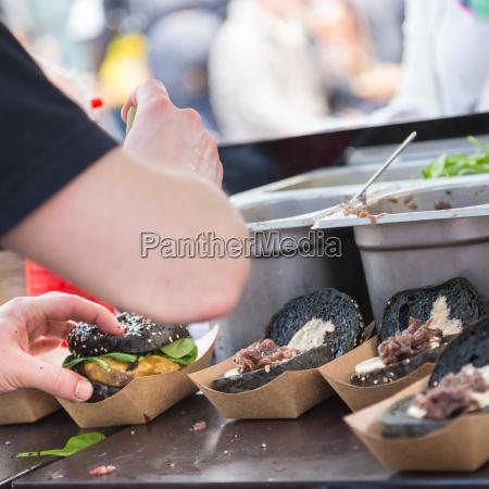 rindfleisch burger bereit auf essensstand zu