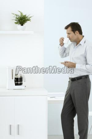 maenner mann trinken trinkend trinkt farbe