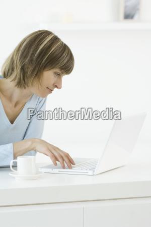 frau profil laptop notebook computer lachen