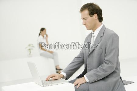 frau buero laptop notebook computer frauen