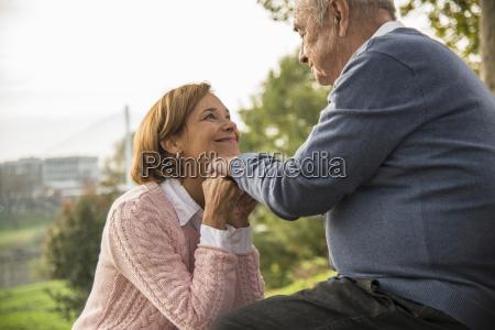 im freien senior mann mit tochter