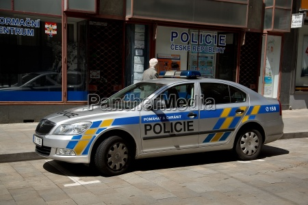 polizei mit polizeiauto in brno