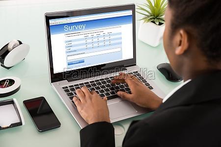 nahaufnahme einer geschaefts fuellen online umfrage