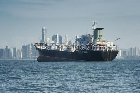 blick auf ein grosses frachtschiff verankert