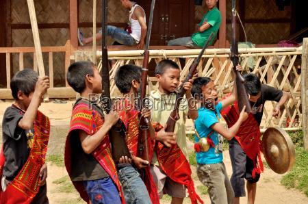 junge krieger in nagaland indien singen
