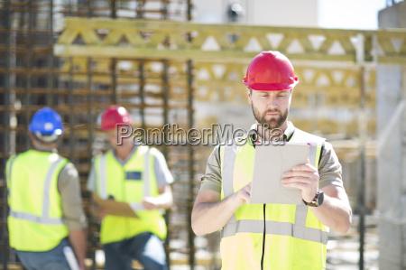 bauarbeiter mit digitalen tablet in der