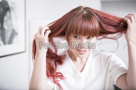 portraet der frau ihr haar halten