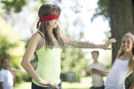 kinder im garten spielen blindenbuff