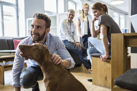 kollegen mit hund im buero