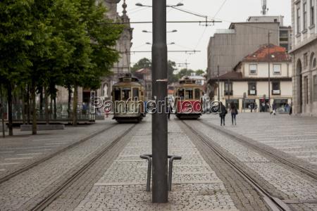 portugal lissabon strassenszene mit strassenbahnen