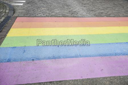 niederlande maastricht regenbogenfahne auf der strasse