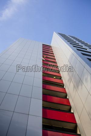 reformiert hochhaus wohnhaus mit roten balkonen