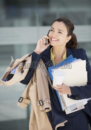 lächelnde, geschäftsfrau, spricht, auf, dem, handy - 17146496