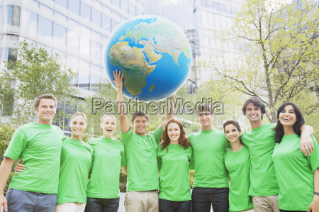 portrait team in gruenen t shirts