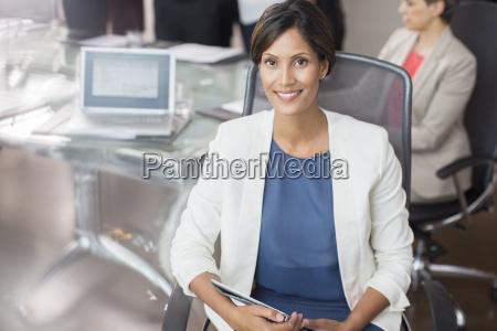 portraet einer laechelnden geschaeftsfrau posiert mit