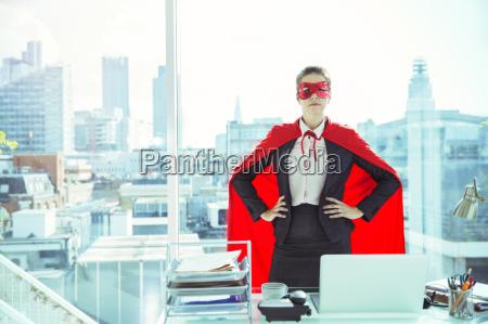 tragendes kap und maske der geschaeftsfrau