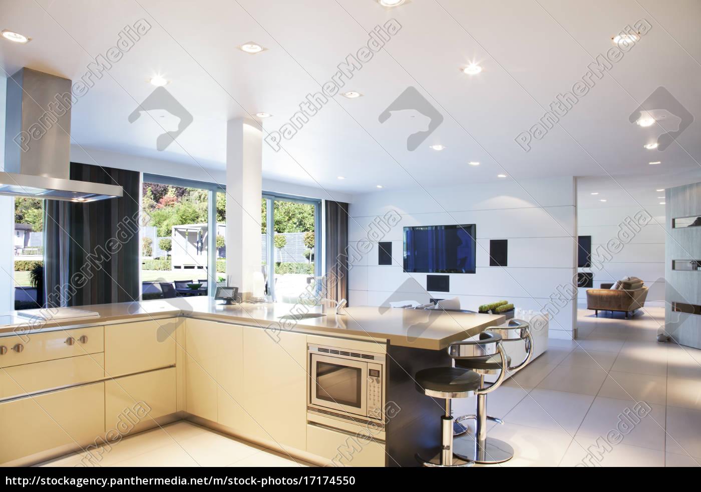 küche und wohnzimmer im modernen haus - Stockfoto - #17174550 ...